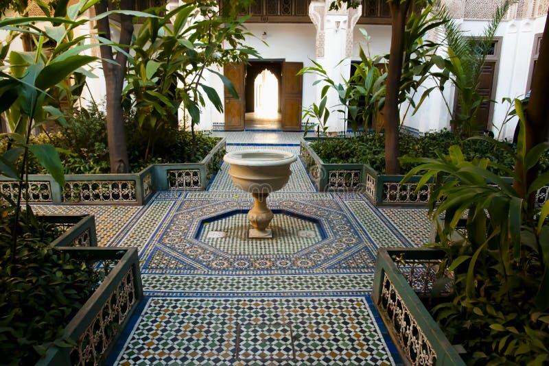 Vattenspringbrunn på Bahia Palace - Marrakesh - Marocko royaltyfri bild