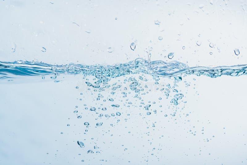 Vattenstänk nära spill av vatten som bildar en isolerad form royaltyfri bild