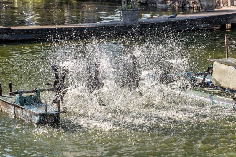 Vattensyregenerator roterande på dammet royaltyfria foton