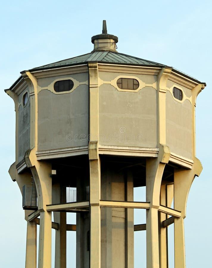 Vattentorn med den stora behållaren för dricksvatten royaltyfria bilder