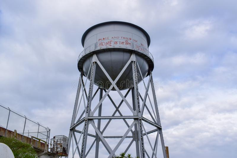 Vattentorn på den Alcatraz ön royaltyfri foto