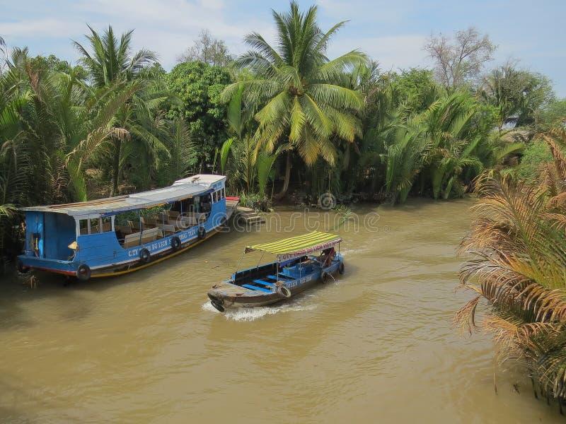 Vattentransport för går i den smala deltan av Mekonget River arkivfoto