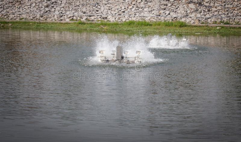 Vattenturbin i dammsyrevatten royaltyfria bilder