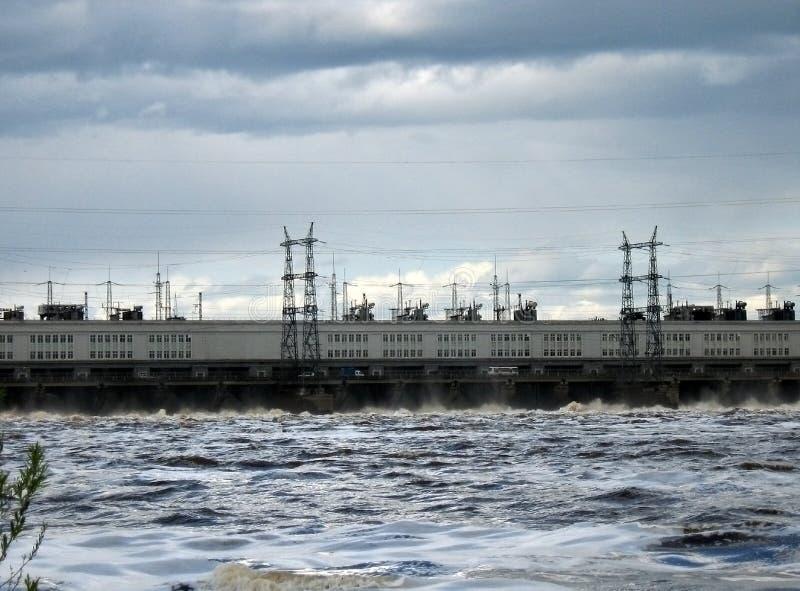 Vattenurladdning på en vattenkraftstation arkivfoton