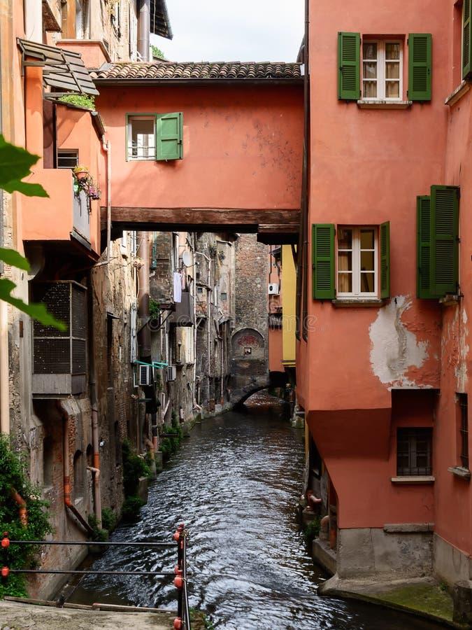 Vattenväg i mitten av bolognaen Italien royaltyfri bild