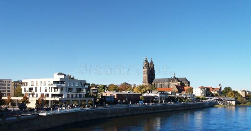 Vattenväg stad, himmel, stad arkivfoto