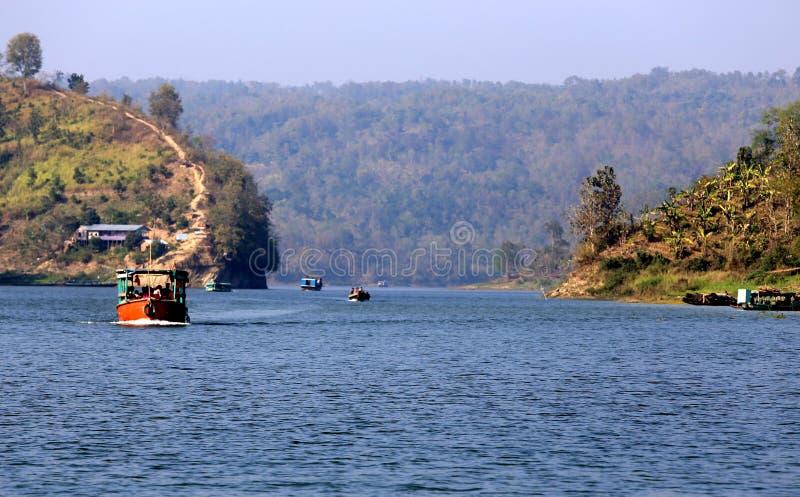 Vattenvägar av Kaptai sjön i Bangladesh royaltyfri bild