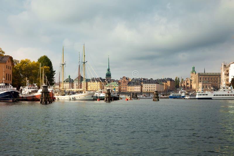 Vattenvägar, fartyg och härliga gamla byggnader i Stockholm, Sverige royaltyfria foton