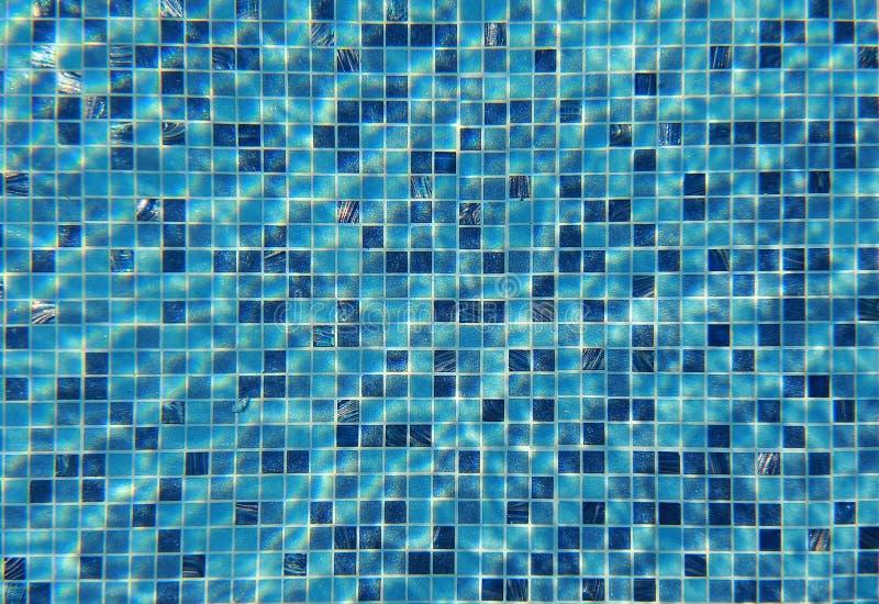 Vattenvåg under simbassäng med att reflektera för ljus vägg för textur för bakgrundstegelsten gammal royaltyfri fotografi