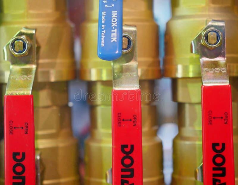 Vattenventiler i abstrakt form i den till salu shoppa royaltyfri foto