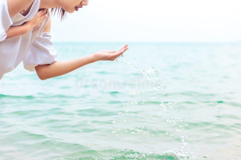 Vattnet för hav för kvinnalekslev royaltyfria foton