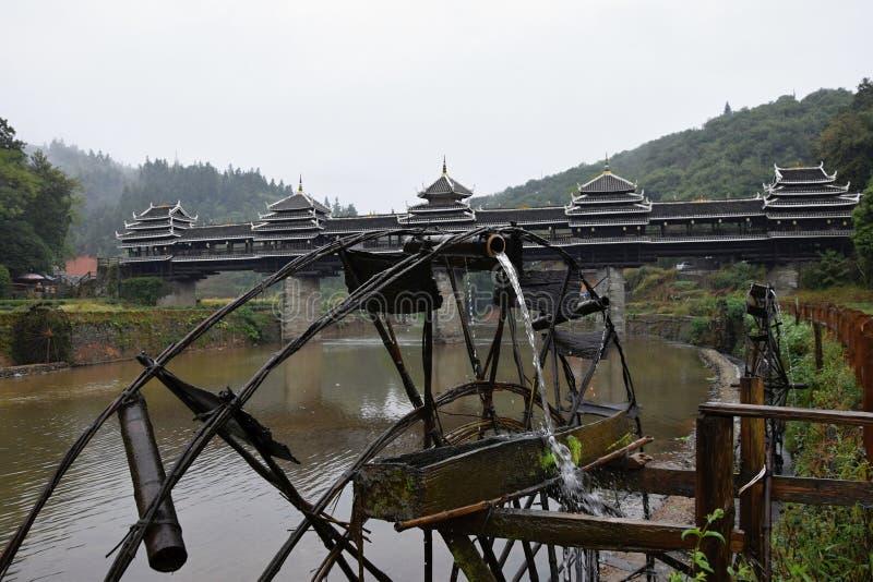 Vattnet maler nära en gammal by i det Guizhou landskapet i Kina royaltyfria foton