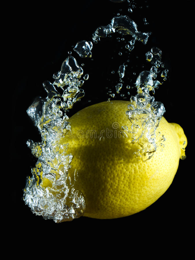 Vattnig citron V fotografering för bildbyråer