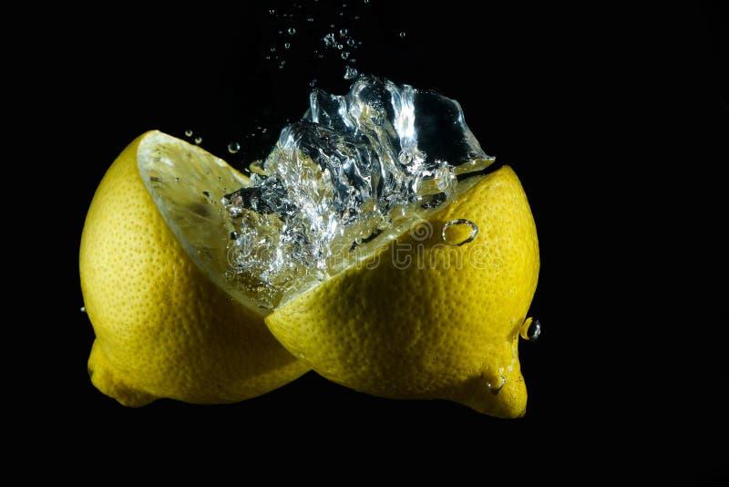 Vattnig citrondropp arkivfoto