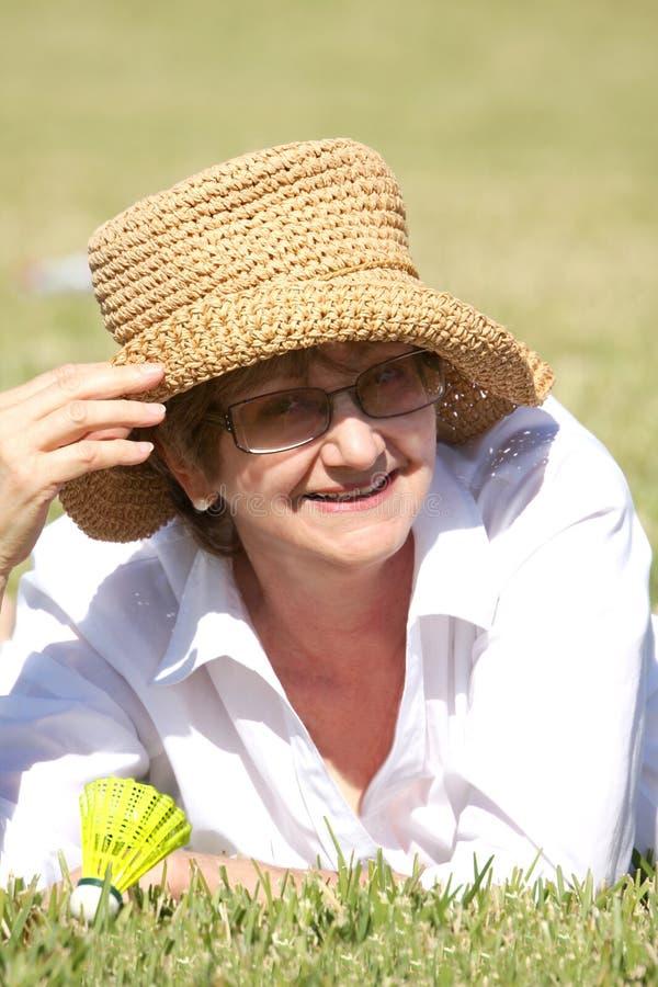 Vature Frau im Sommerhut lizenzfreies stockfoto