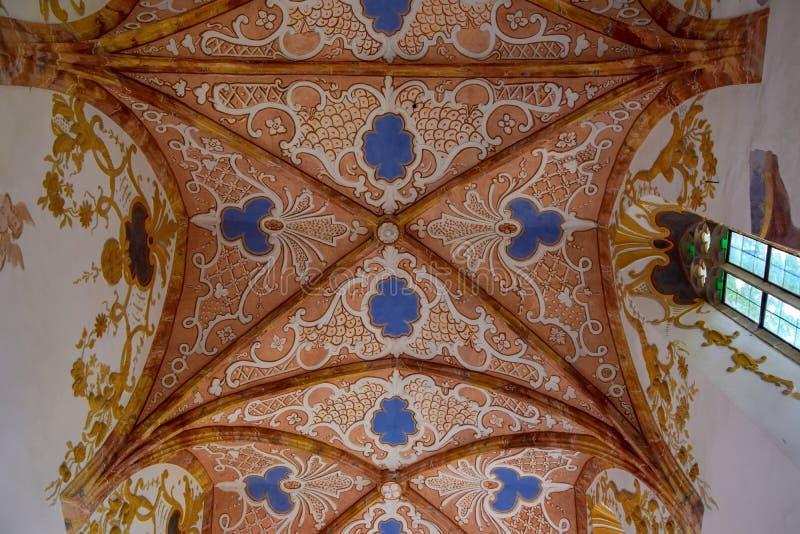 Vaulted a peint le plafond de St Anthony la grande église dans Cerveny Klastor, Slovaquie photos stock