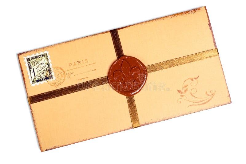 Vaxar det pappers- kuvertet för tappning med stämpeln. arkivbild