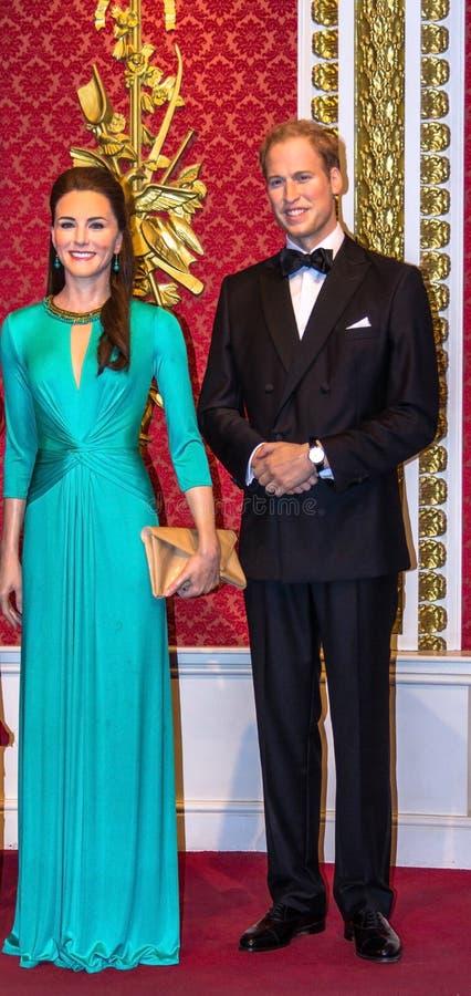 Vaxdiagram av prinsen William och Kate Middleton på museet för madam Tussauds London royaltyfri fotografi