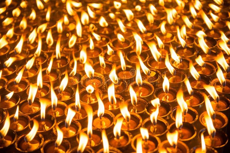 Vaxet undersöker bränning på ljusstaken i tempel fotografering för bildbyråer