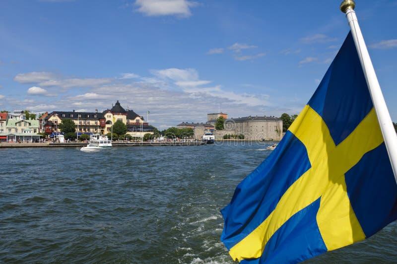 Vaxholm Festung und schwedische Markierungsfahne lizenzfreie stockfotografie