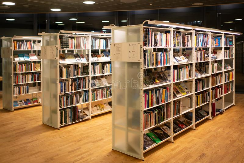 Vaxjo, Suède - mars 2019 : Mur coloré des livres sur les shelfs au rotunda dans la bibliothèque publique de Vaxjo images libres de droits