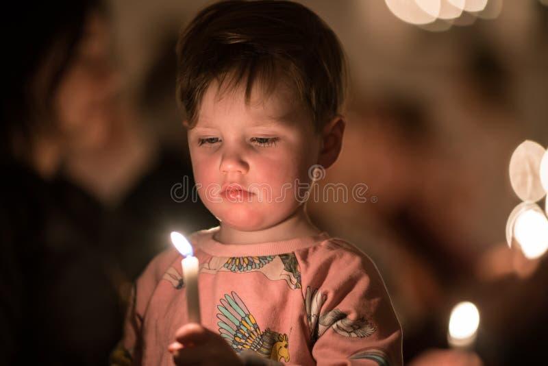 Vaxjo, Zweden - December, 2017: De Zweedse traditie van Lucia wordt gevierd in Vaxjo-kerk met lied, kaarsen en witte toga's royalty-vrije stock foto's