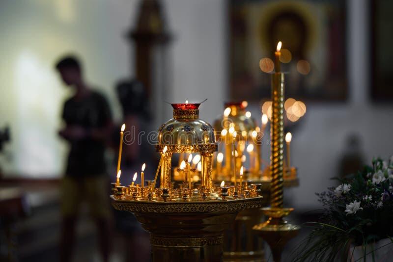 Vaxstearinljus i templet arkivbild