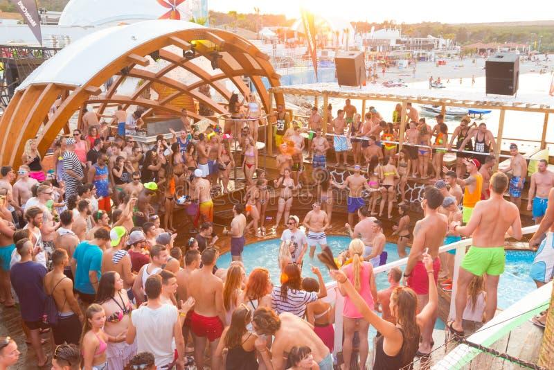 Vaya de fiesta en la playa de Zrce, Novalja, isla del Pag, Croacia fotos de archivo