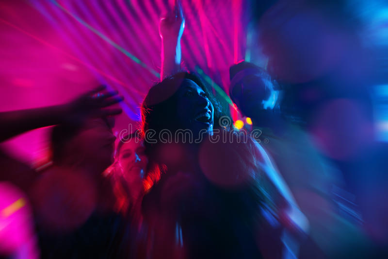 Vaya de fiesta a la gente que baila en disco o club de noche imagen de archivo