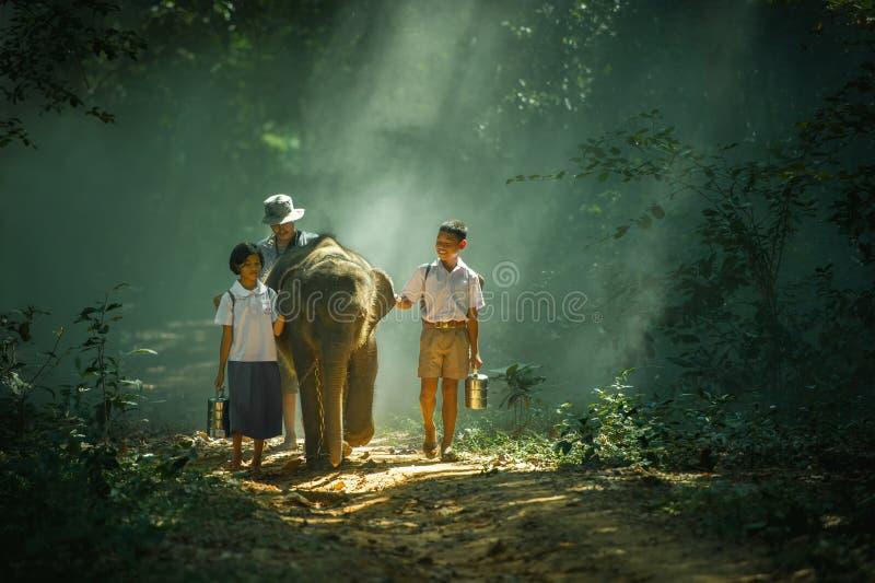 Vaya a la escuela con el elefante fotos de archivo