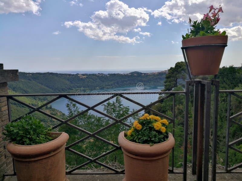 Vazen van bloemen met achter het vulkanische meer van Nemi dichtbij Rome in Italië royalty-vrije stock afbeeldingen