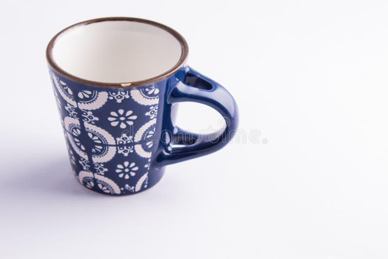 Vazio do copo de Coffe feito da porcelana azul e branca finamente decorada fotos de stock royalty free