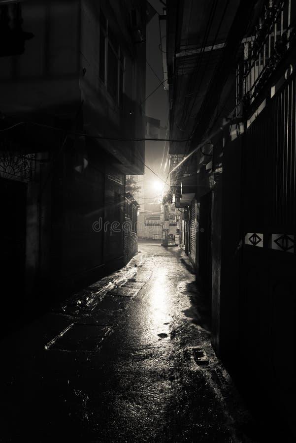 Vazio e perigoso beco urbano à noite nos subúrbios de Hanoi fotografia de stock
