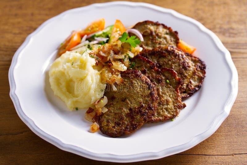 VBeef wątrobowi bliny z puree ziemniaczane i warzywami Wątrobowy boczny naczynie obraz stock