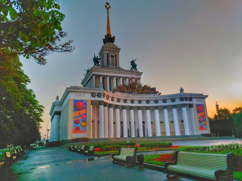 VDNH met uit mensen, in zonsopgang Rusland, Moskou royalty-vrije stock afbeeldingen