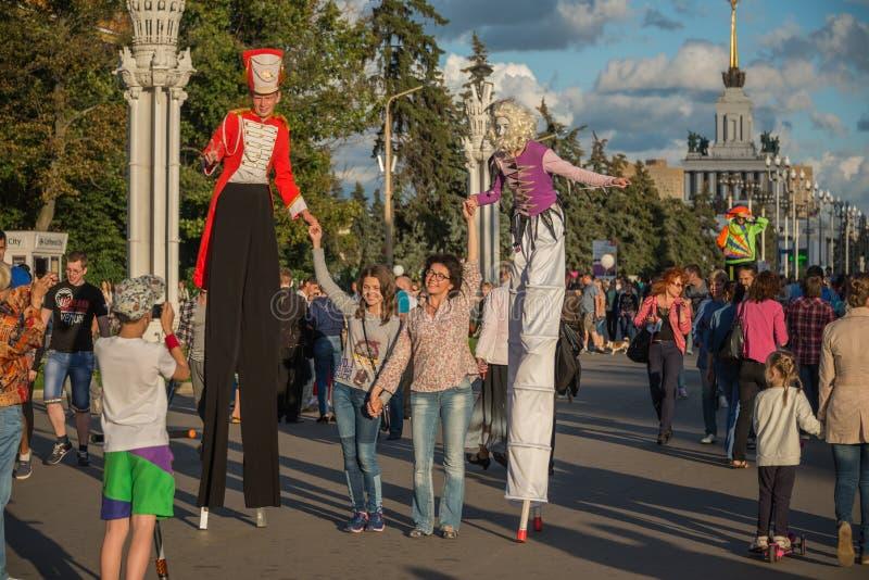 VDNH Utställning av prestationer av nationella resurser moscow Sommar Festivalen av gatateatrar arkivfoton
