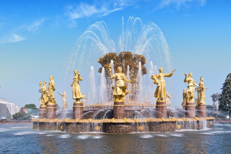 VDNKh, fontanna jest przyjaźnią ludzie obraz stock