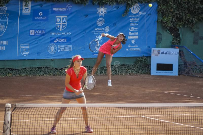 Vdovenco Anastasia och Irina Fetecau på internationell tennisturnering arkivfoto