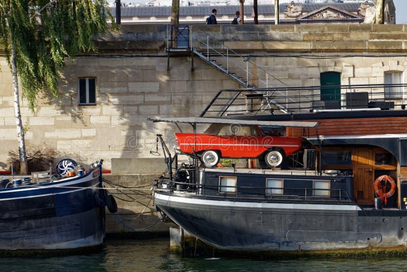 Veículo anfíbio em um barco imagens de stock royalty free