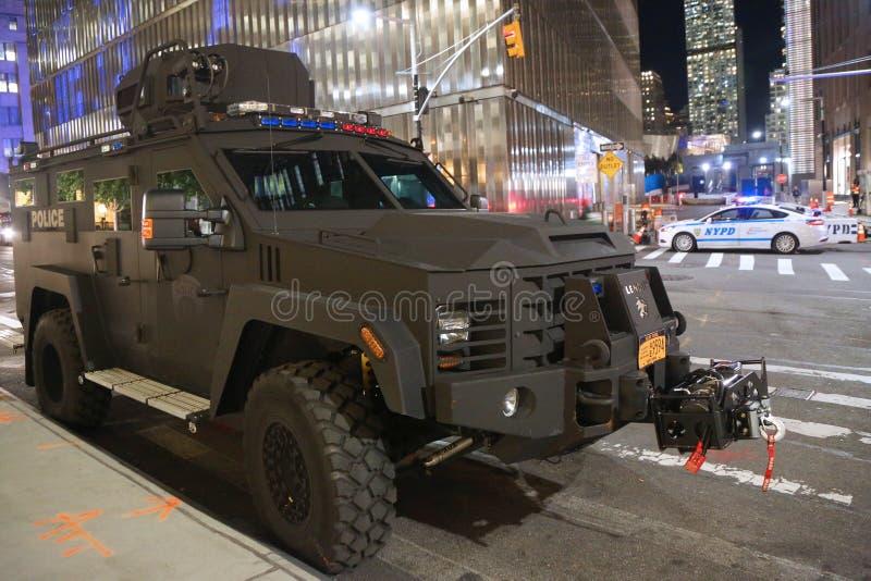 Veículo blindado da polícia da autoridade portuária perto da cena do crime do ataque de terror em mais baixo Manhattan em New Yor imagens de stock