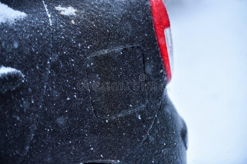 Veículo coberto no gelo durante a chuva de congelação imagem de stock