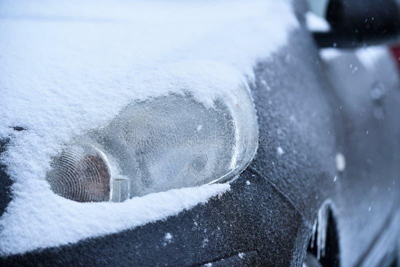Veículo coberto no gelo durante a chuva de congelação fotografia de stock royalty free
