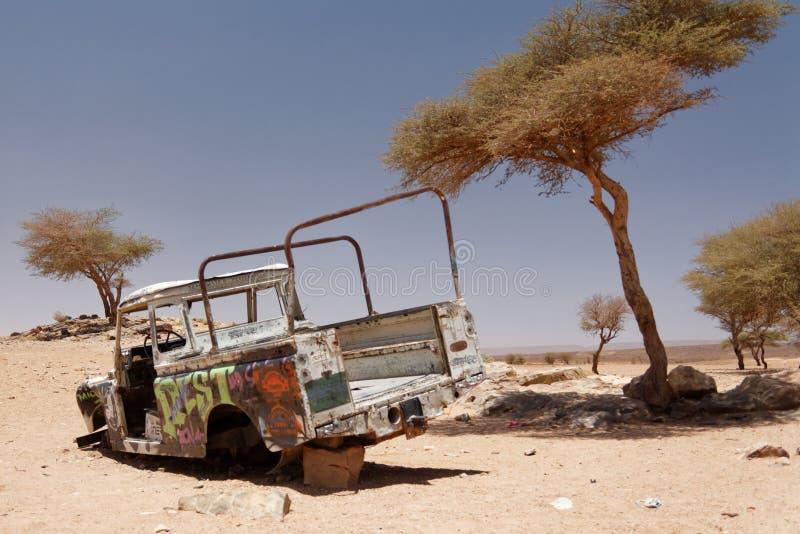 Veículo de decomposição abandonado nos oásis no deserto de Sahara imagem de stock