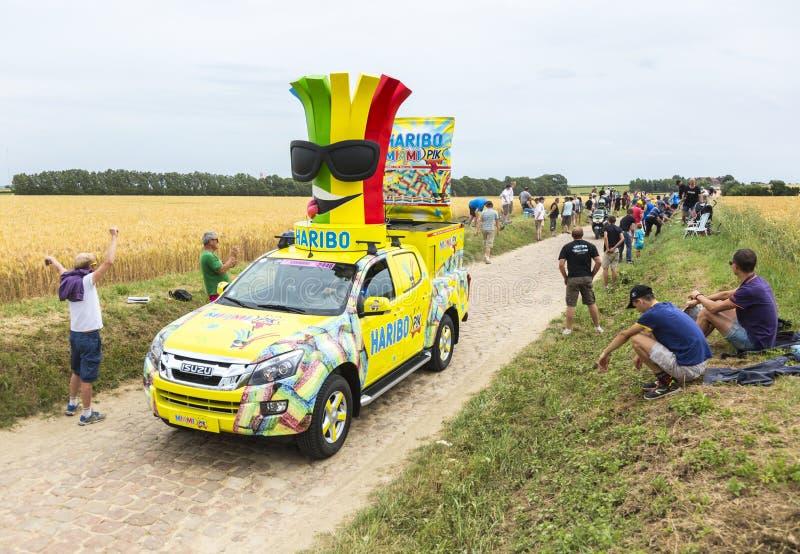 Veículo de Haribo em um Tour de France 2015 da estrada da pedra foto de stock