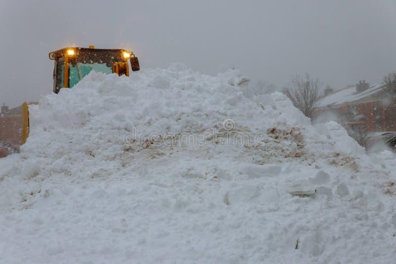 Veículo do trator que limpa a jarda da tempestade da neve imagem de stock