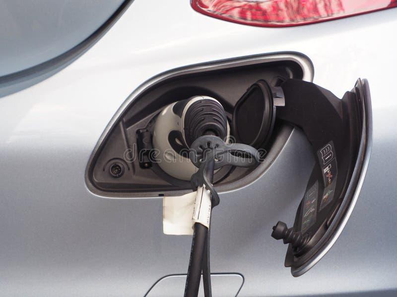 Veículo elétrico ou carro de EV que carrega a energia elétrica imagem de stock