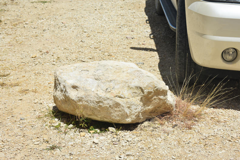 Veículo estacionado por uma grande rocha fotografia de stock royalty free