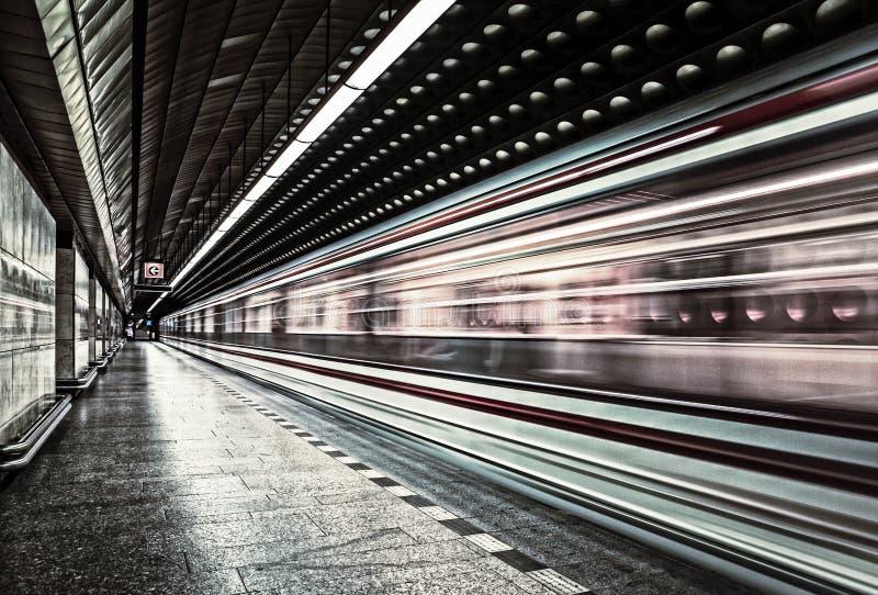 Veículo europeu do trânsito do metro no movimento fotos de stock