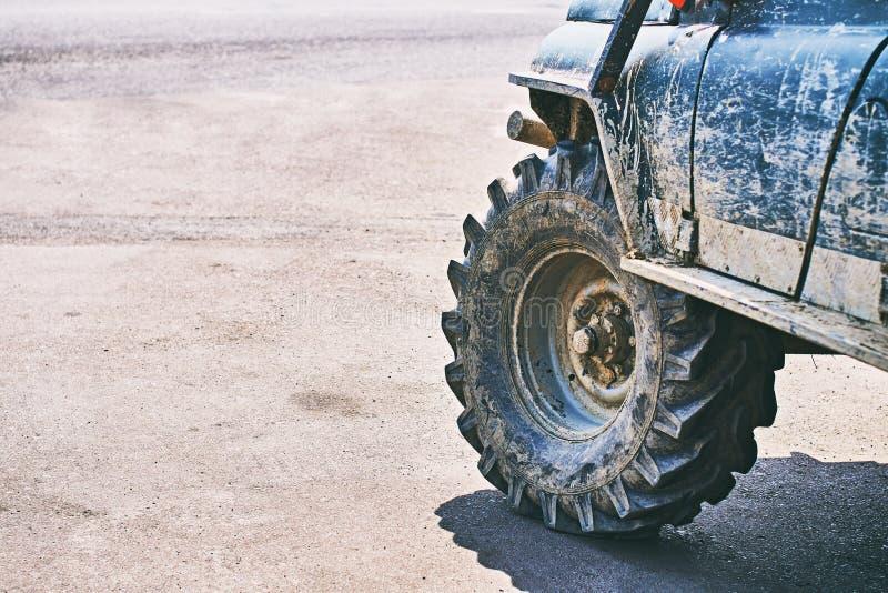 Veículo fora de estrada brutal sujo de SUV foto de stock