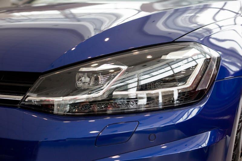 Veículo moderno novo com as lâmpadas principais elegantes Front View fotos de stock royalty free